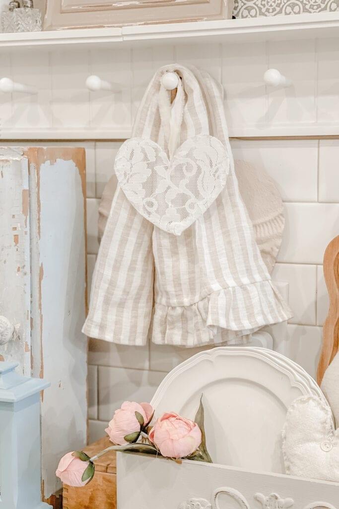 DIY Wire Lace Heart, Shabby Chic Home Decor, Cottage Chic DIY Home Decor, Linen Ruffle Tea Towel from Live Oak Nest www.liveoaknest.com